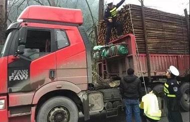 <strong>两会委员提议:货车超限、超载入刑!你怎么</strong>